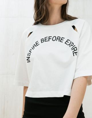 «Inspire before expire», voilà un vrai conseil, ça paraît simple mais pas sûr que tous les footballers soient au courant – T-shirt Bershka, 29,90chf